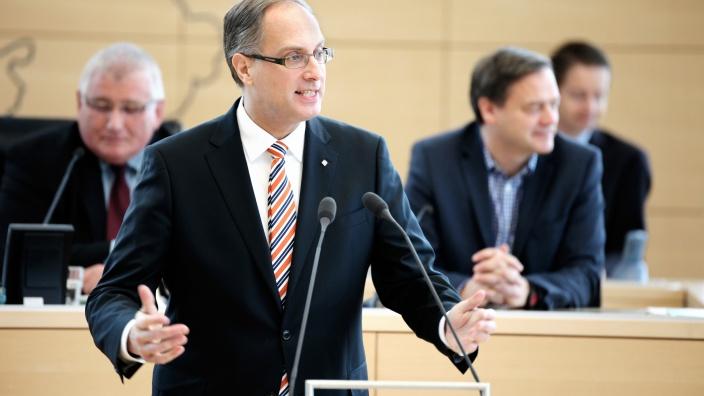 Tobias Koch am Rednerpult des Landtages